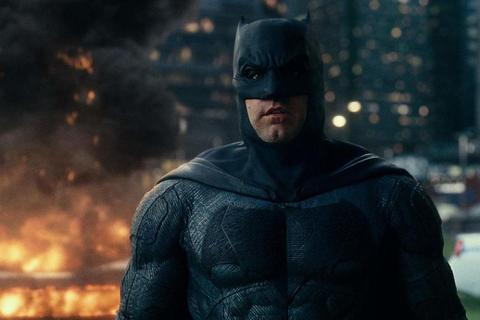 班艾佛列克早先被傳已非DC漫畫影片新「蝙蝠俠」電影中的主角,他自己也曾在社群網站上轉發新「蝙蝠俠」系列將尋找接班演員的新聞,表示自己也很興奮期待,而他近日參加ABC夜間談話秀、接受當家主持吉米金莫的...