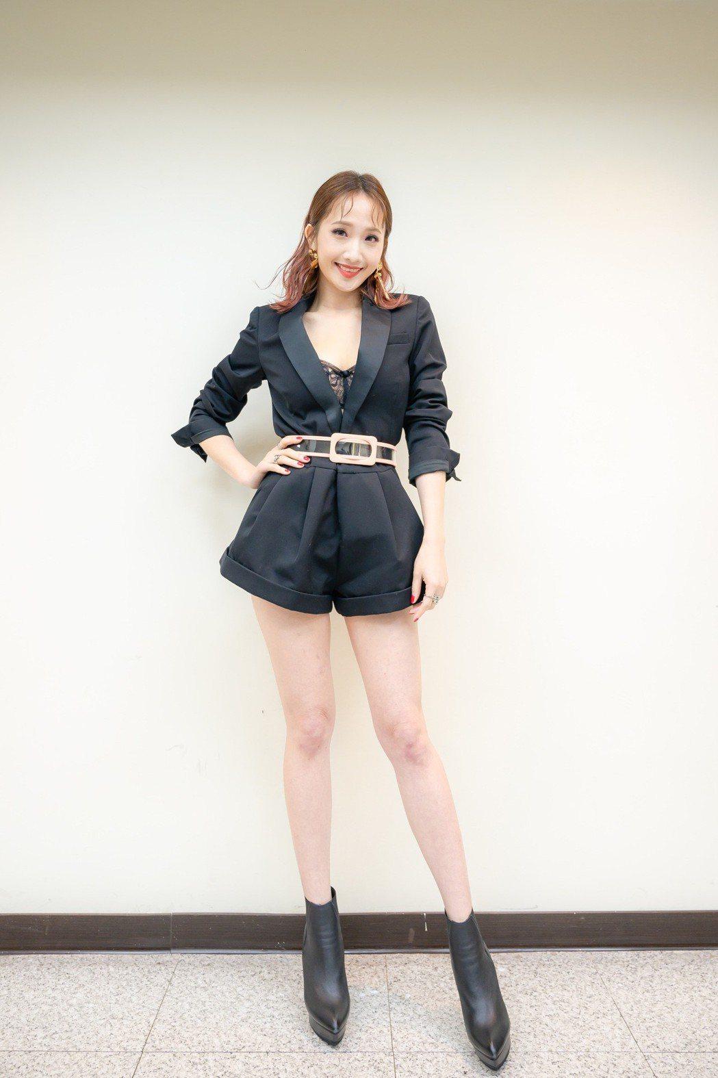 朱俐靜選擇爆乳戰袍,大秀美腿。圖/寬宏提供