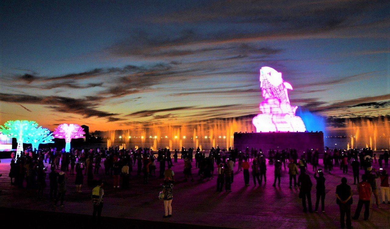 台灣燈會大鵬灣燈區試營運第2天湧入逾10萬遊客,遊客驚嘆聲和歡笑聲不絕於耳,主燈...