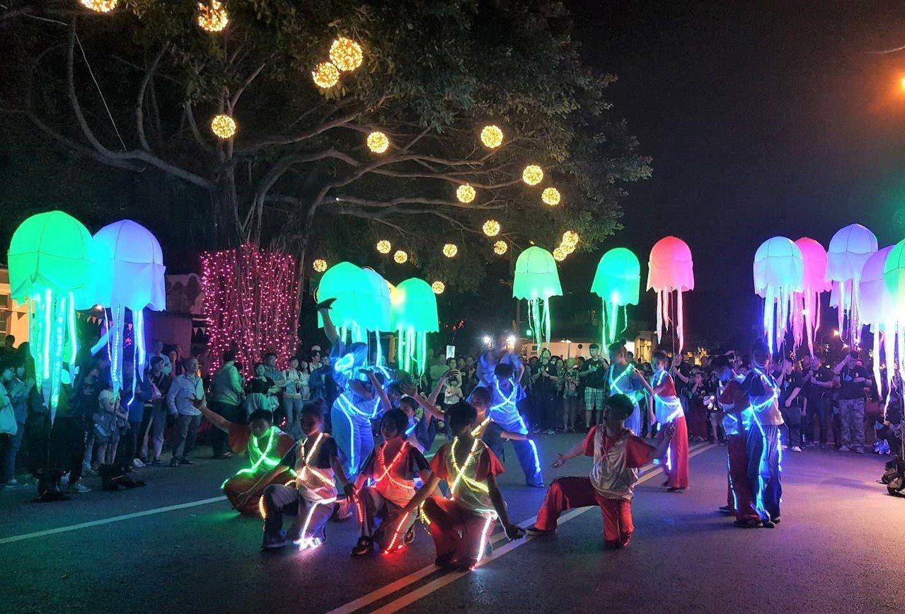 台灣燈會以夜光海洋生物玩偶道具,搭配樂團、舞者的角色扮演,將穿梭在台灣燈會園區互...