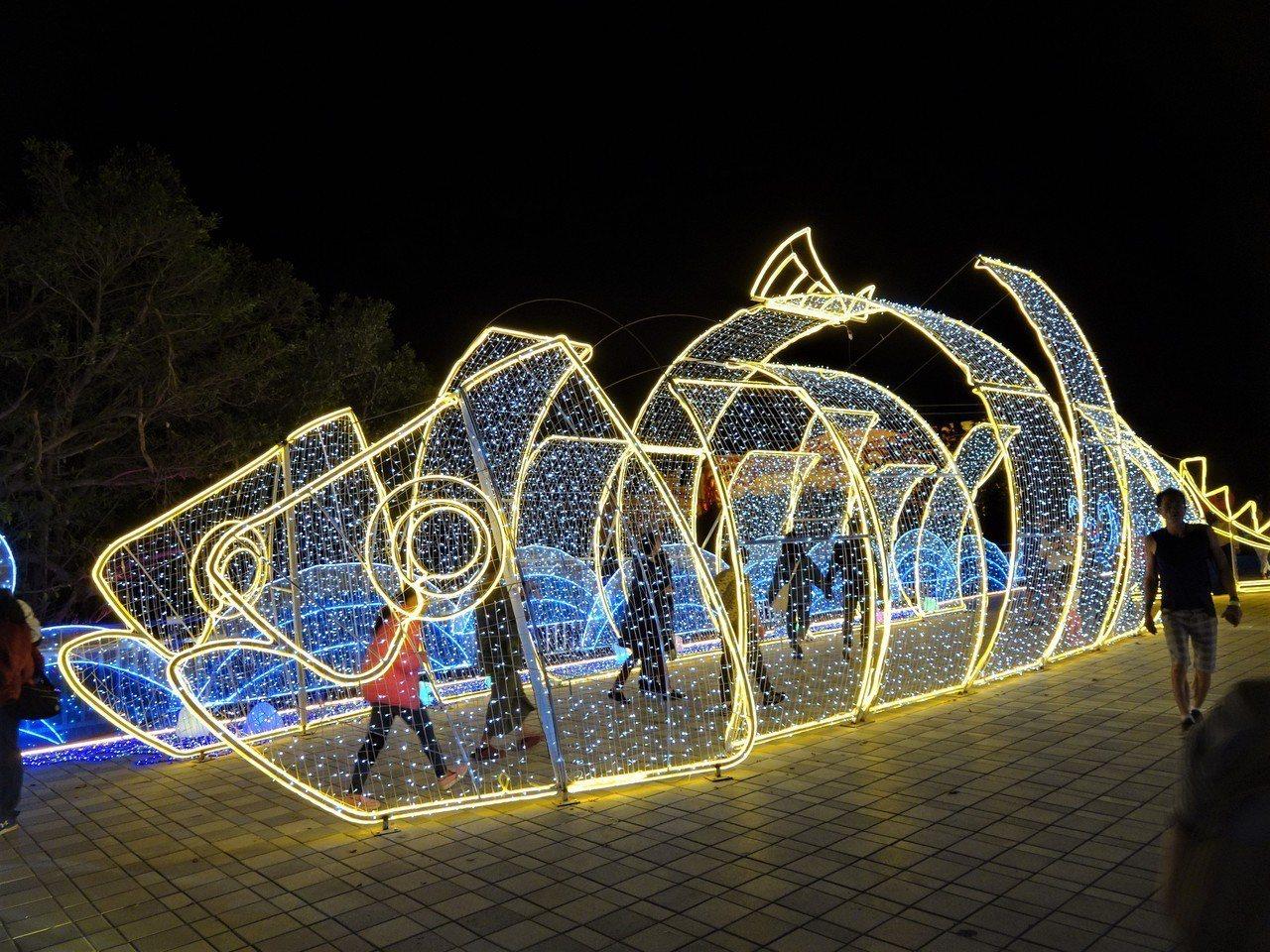 台灣燈會大鵬灣燈區試營運第2天湧入逾10萬遊客,遊客驚嘆聲和歡笑聲不絕於耳。記者...
