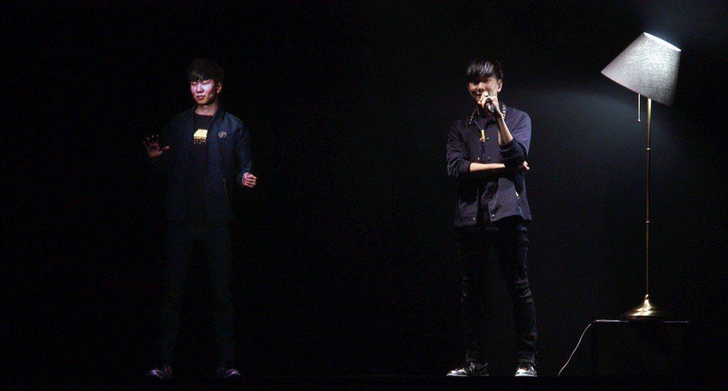 林俊傑(右)跟分身「M.E. 虛擬人」在台上互動。圖/華納提供