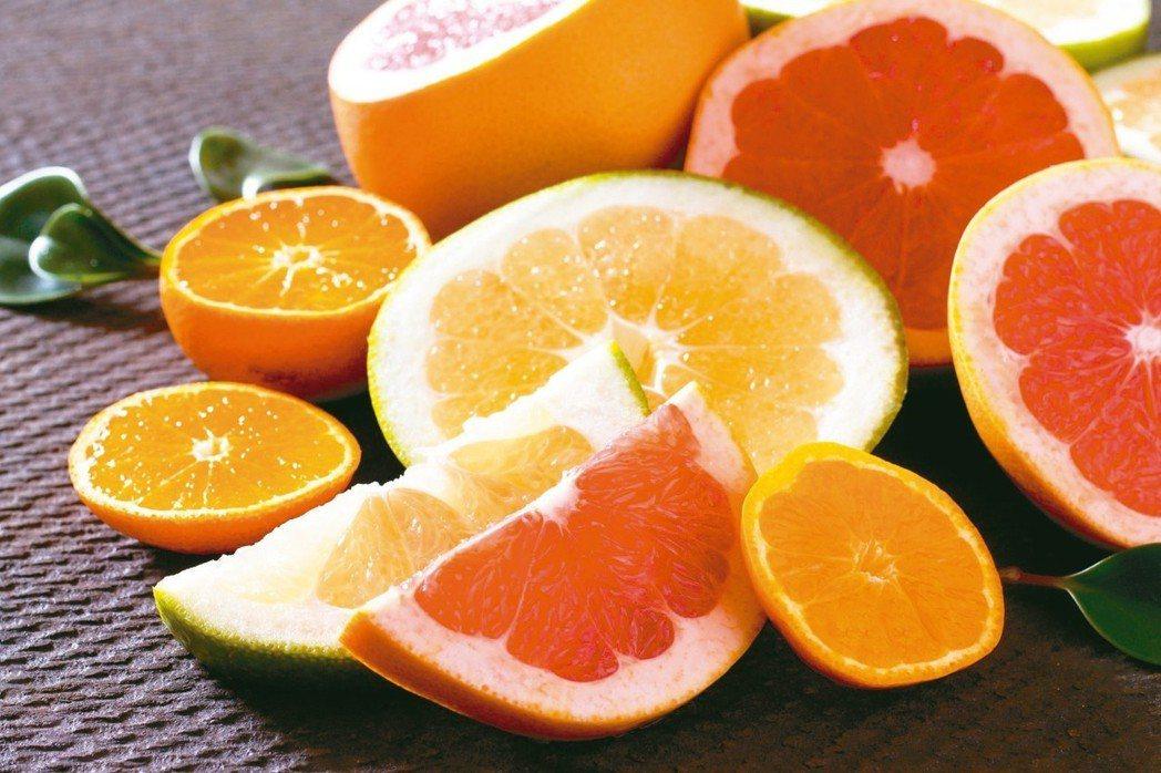除了葡萄柚,柚子和部分柑橘類也不能併服。