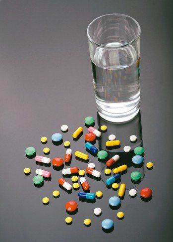 慢性病藥物因為需要長期服用以穩定控制病情,不能隨意停藥,不過若是感冒了,有些感冒...