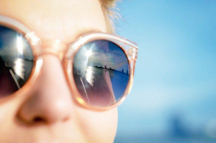 保健專家說,除了圍巾、手套、皮靴和外套,太陽眼鏡也是不可缺少的冬季配件。