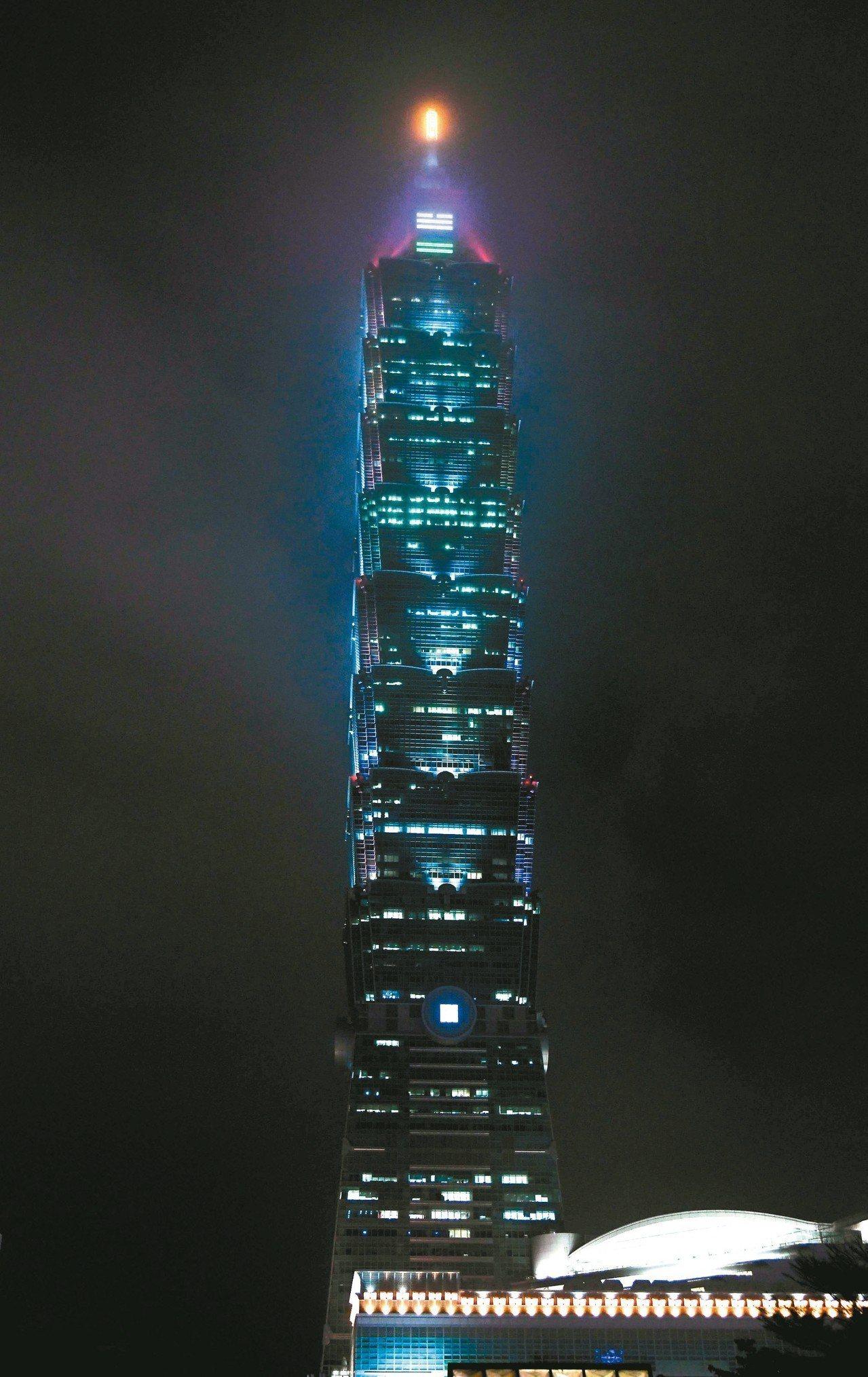 台北101即日起至元宵夜,推出泰雅族學童設計的外牆燈光。 圖/台北101提供