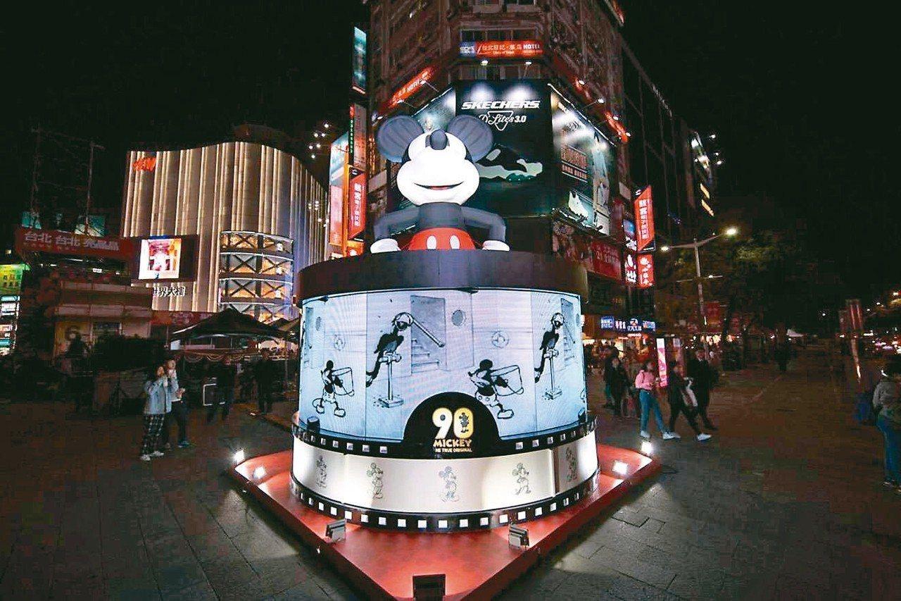 高約3公尺的米奇90周年燈盒。 圖/台北市政府提供