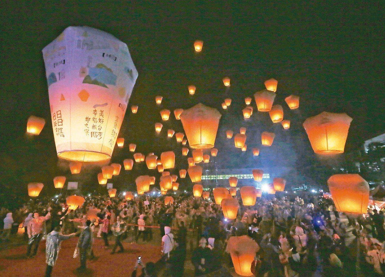「新北市平溪天燈節」昨晚登場,吸引超過2500民眾參加。 記者鄭清元/攝影