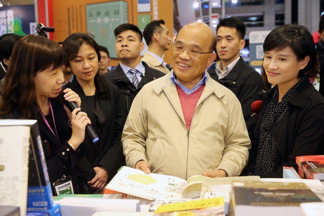 行政院長蘇貞昌(右二)日前參觀「台北國際書展」,在聯經出版社攤位自掏腰包買了多本...