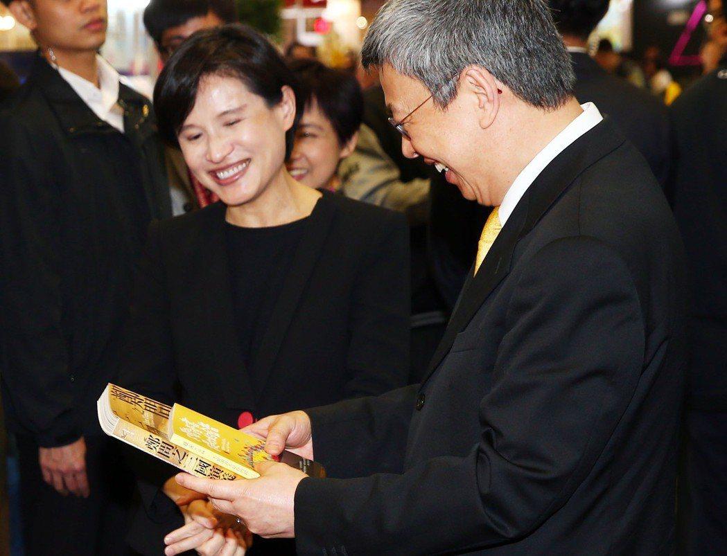 副建統陳建仁(右起)在文化部長鄭麗君陪同下,在台北書展買了多本書,包括兩本要給孫...