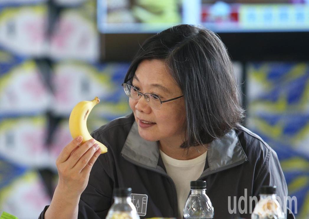 蔡英文總統日前說她愛吃香蕉,希望大家多多支持台灣農產品。圖/聯合報系資料照片