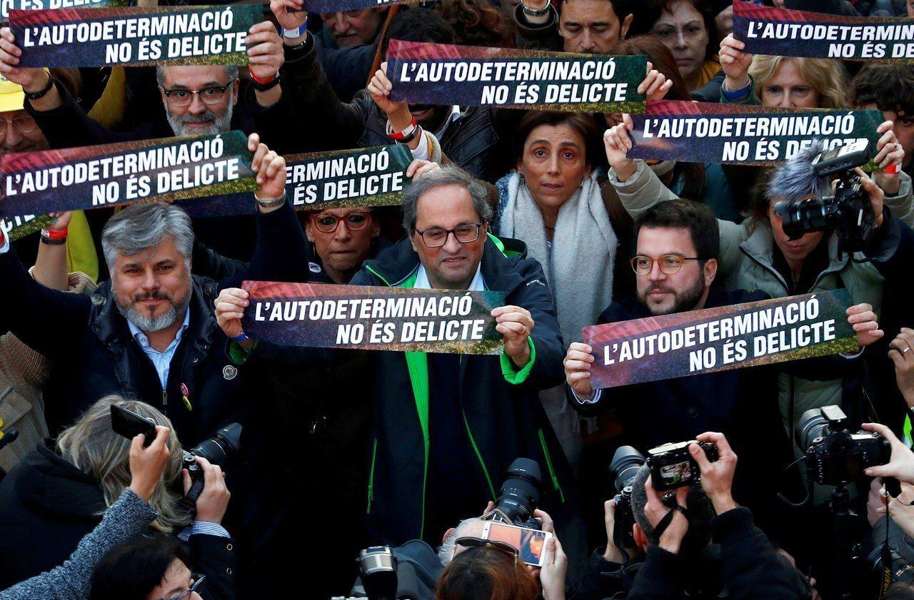 加泰隆尼亞自治區主席托拉(Quim Torra,圖中)率領抗議隊伍,高舉寫著「自...