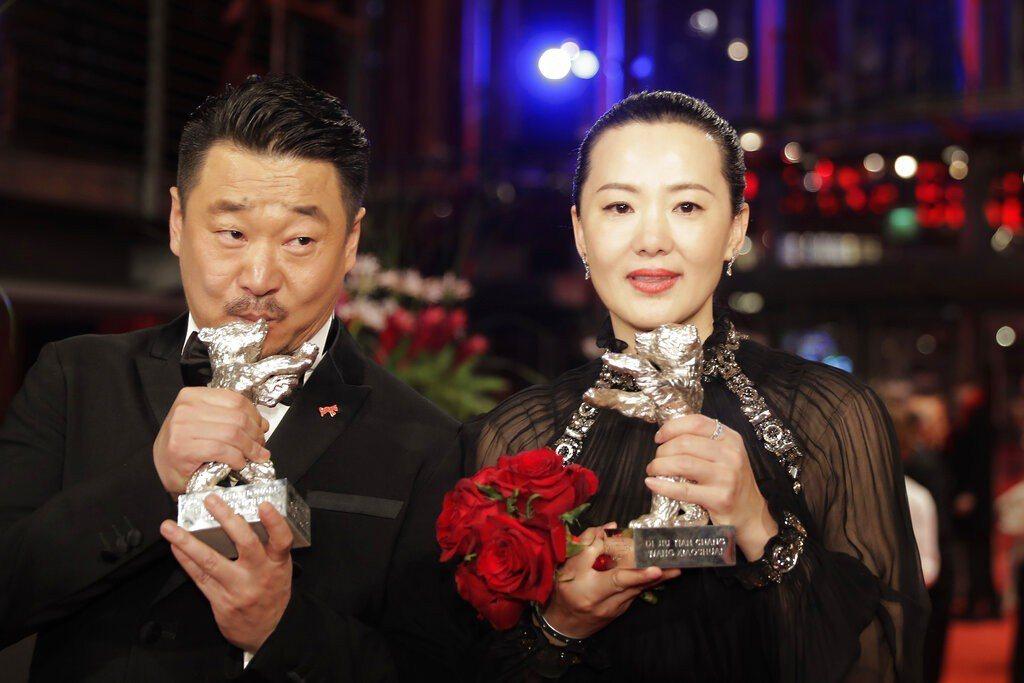 69屆柏林影展,大陸演員王景春(左)與詠梅,分別奪得最佳男女演員銀熊獎。 美聯社