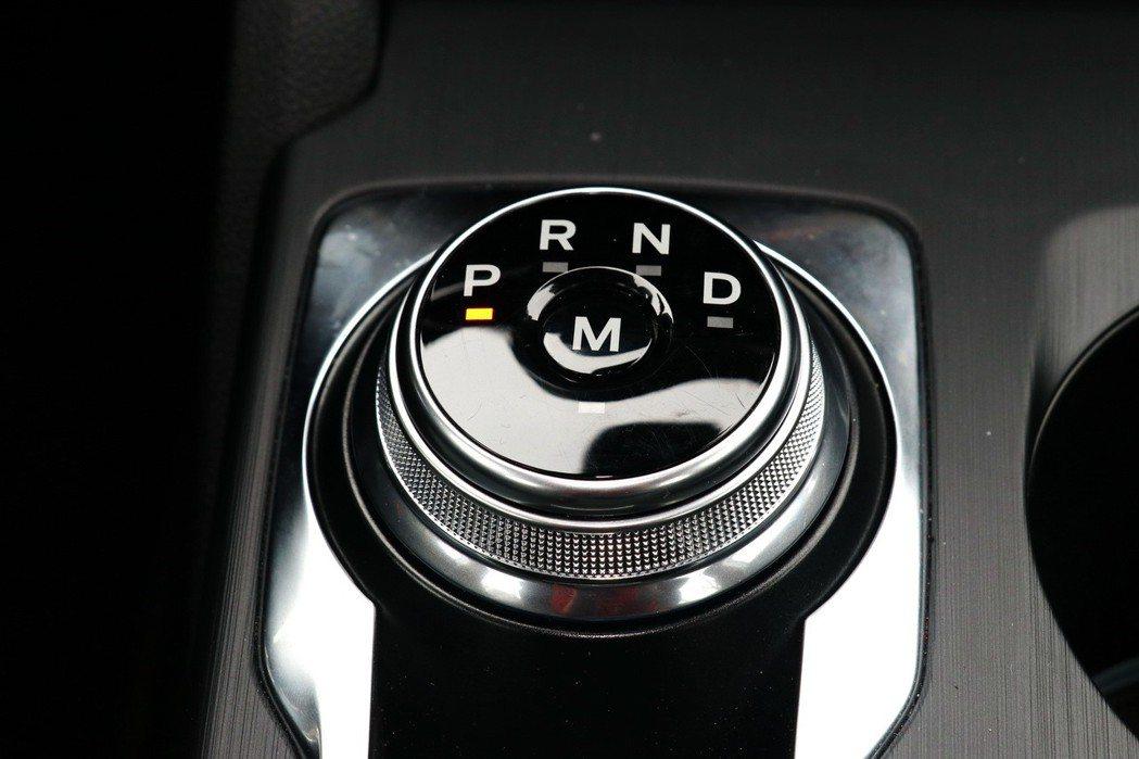 搭配SelectShift八速手自排設定,採用旋鈕式設計。 記者陳威任/攝影