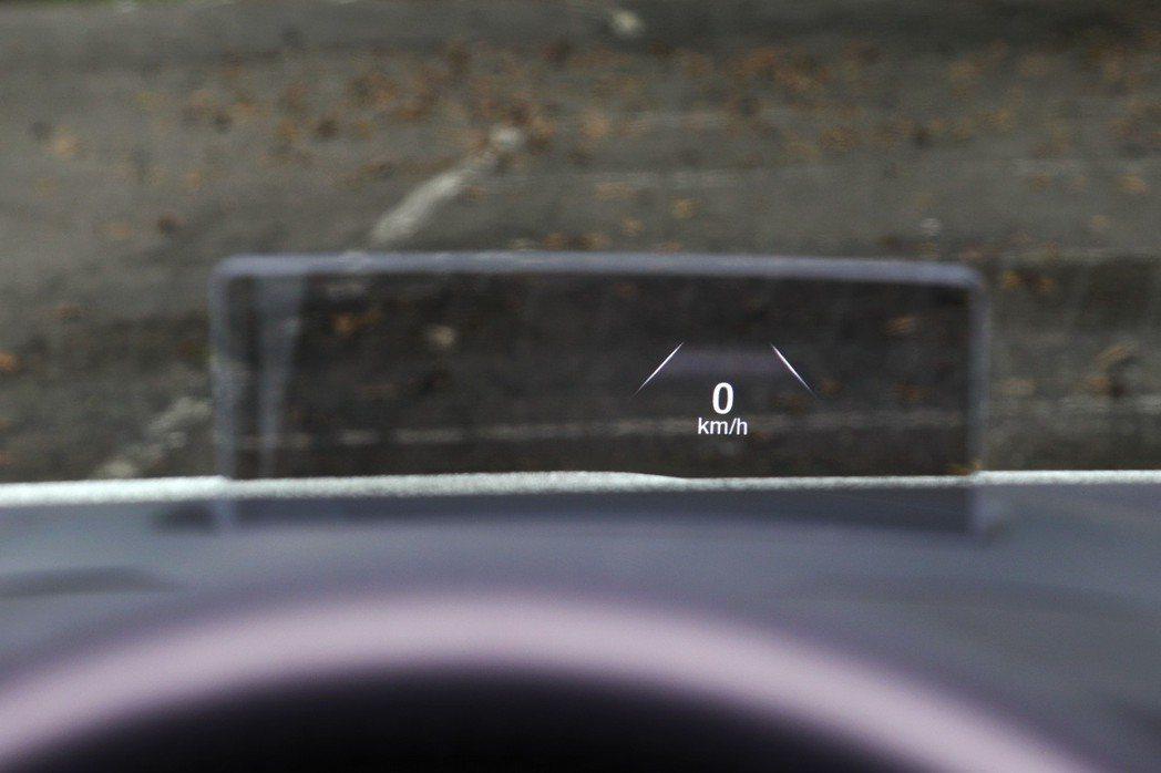 全彩抬頭顯示器有助於駕駛人視線保持一致。 記者陳威任/攝影
