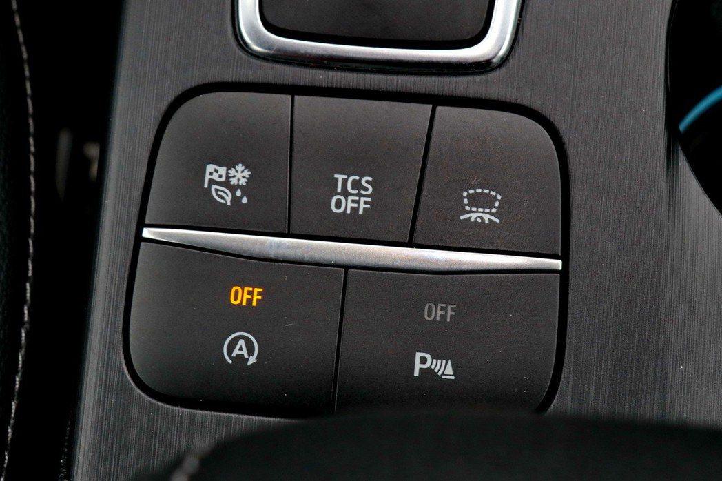 除了動態模式調整外,還可透過控制鍵調整抬頭顯示器等功能。 記者陳威任/攝影