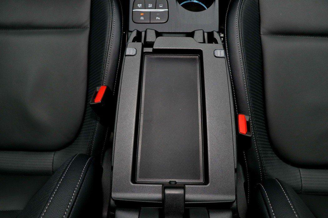 中央扶手第一層可以放置例如手機及零錢的東西。 記者陳威任/攝影