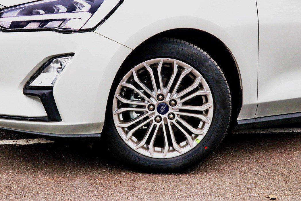 這次試駕車款統一都做了經銷商選配,則改採用多輻式17吋鋁圈。 記者陳威任/攝影