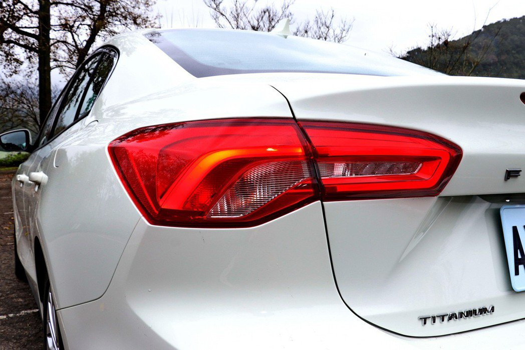 橫向展開的LED尾燈在視覺上進一步拉寬了車輛比例。 記者陳威任/攝影