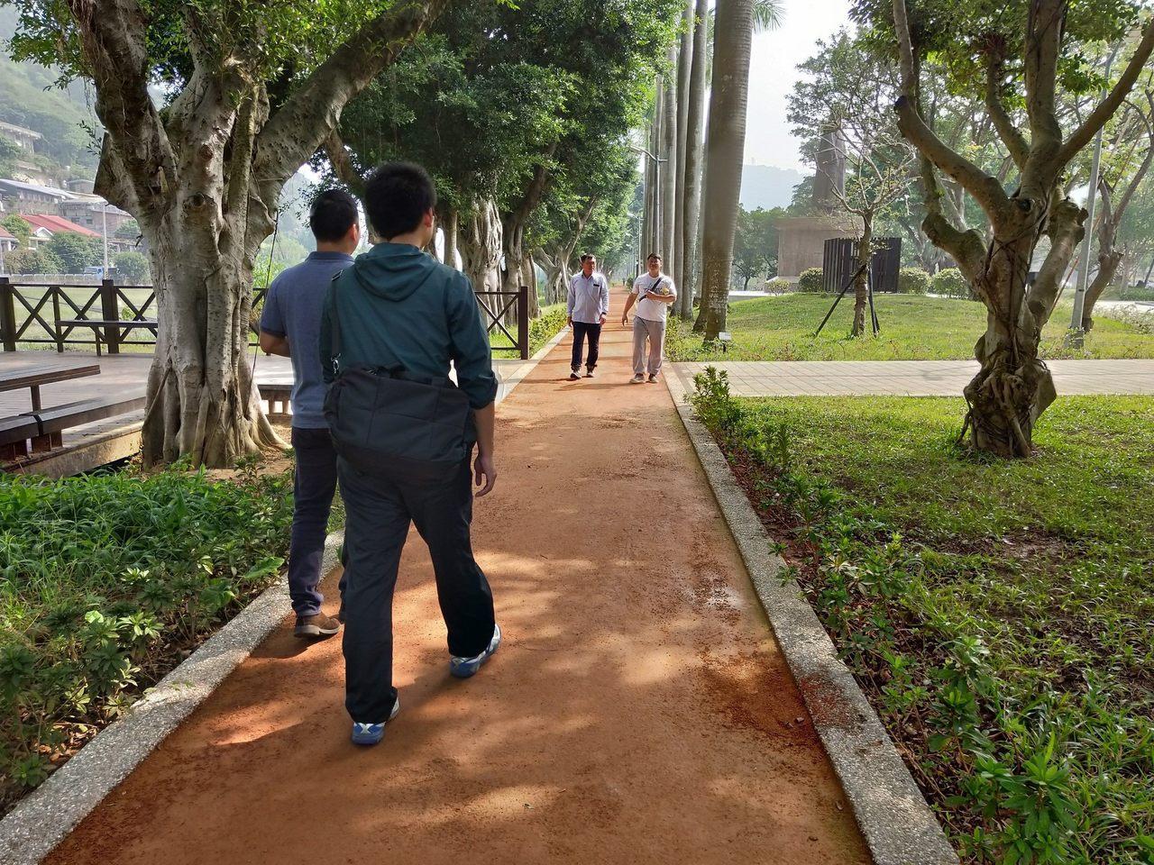 大榕樹遮蔭的五星級紅土跑道是至善公園的亮點。圖/公園處提供