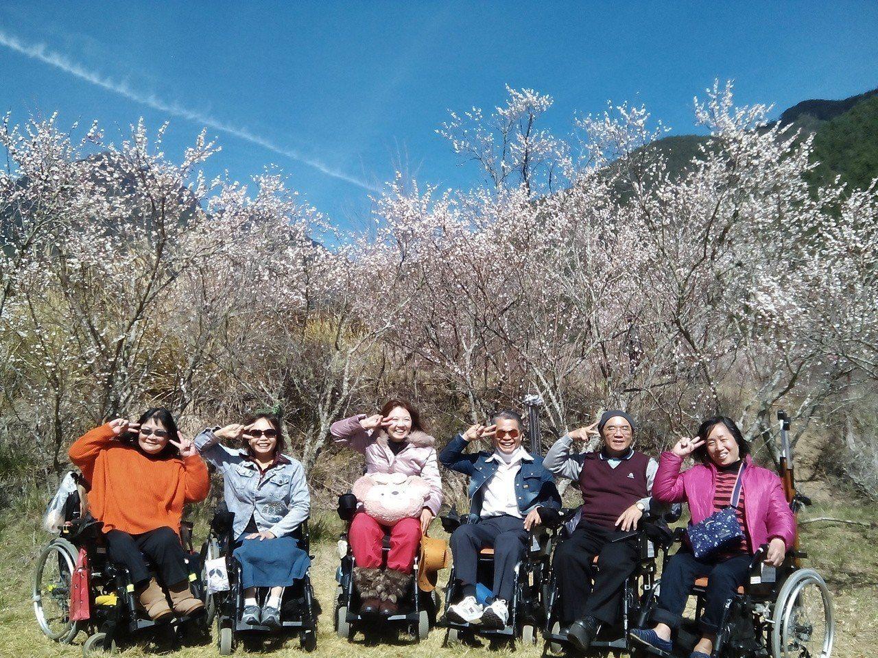 國內首位輪椅導遊黃欣儀(左三)。圖/黃欣儀提供