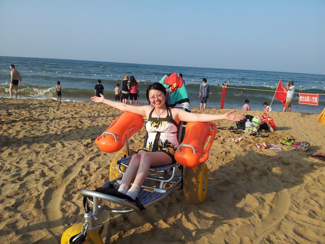 國內首位輪椅導遊黃欣儀,買下沙灘輪椅帶輪椅族玩水。圖/黃欣儀提供