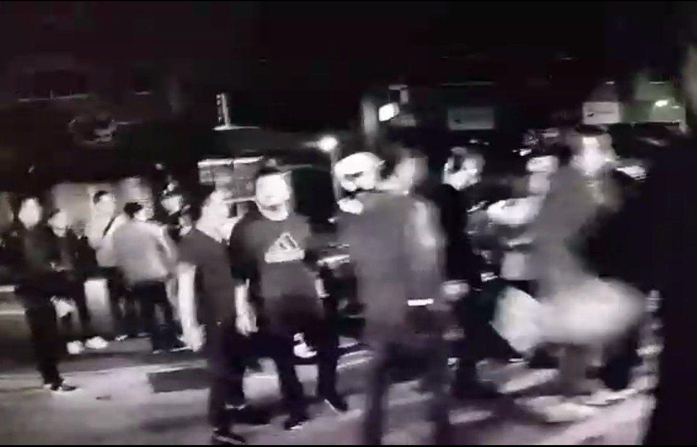 蘆洲好樂迪發生酒客鬧事,10幾20人從店內吵到街上,嚴重影響社區安寧。記者林昭彰...