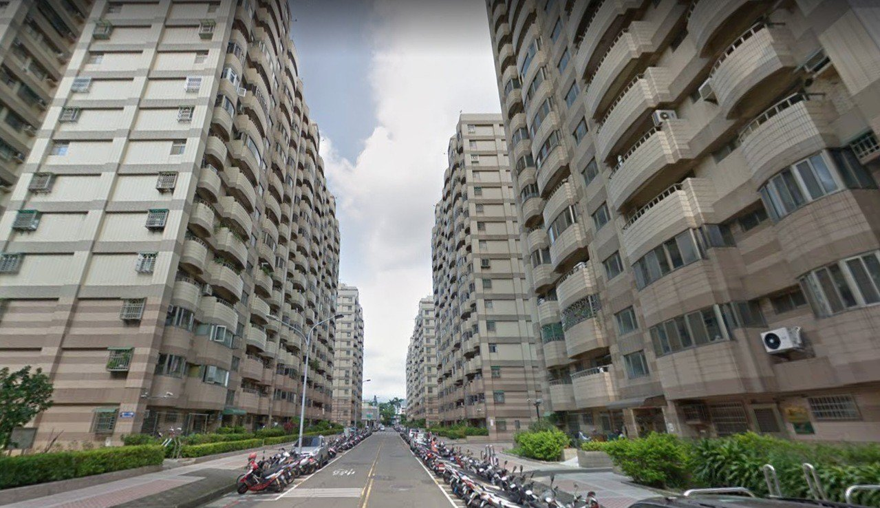 台中市東區富榮街去年底有一名老婦受困電梯後,疑用打火機燃燒電梯裝潢紙,經送醫後治...