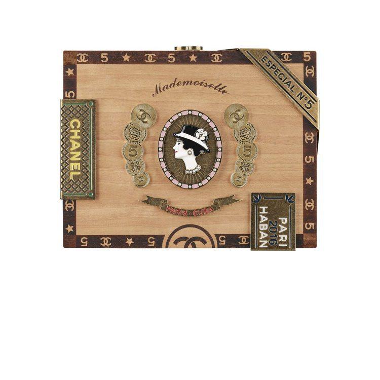 香奈兒女士頭像雪茄盒造型木質晚宴包,49萬1,500元。圖/香奈兒提供