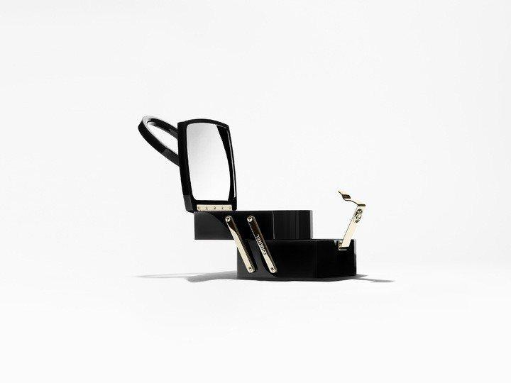 黑色高級樹脂硬殼化妝箱晚宴包,38萬元。圖/香奈兒提供