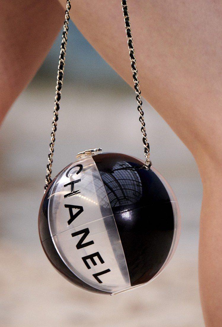 今年春夏推出沙灘排球造型包。圖/香奈兒提供