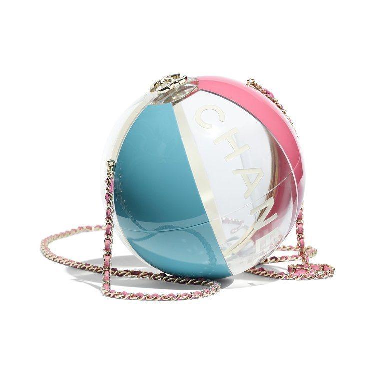藍粉透視沙灘排球造型硬殼包,42萬2,600元。圖/香奈兒提供