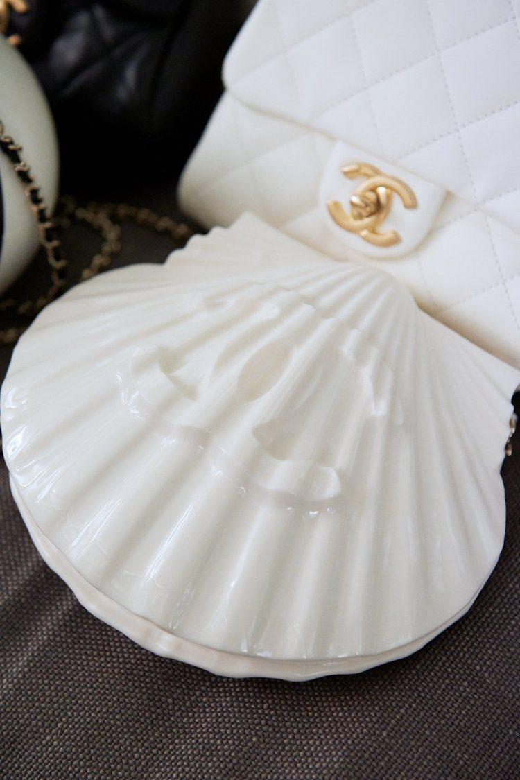 貝殼造型硬殼包,42萬2,600元。圖/香奈兒提供
