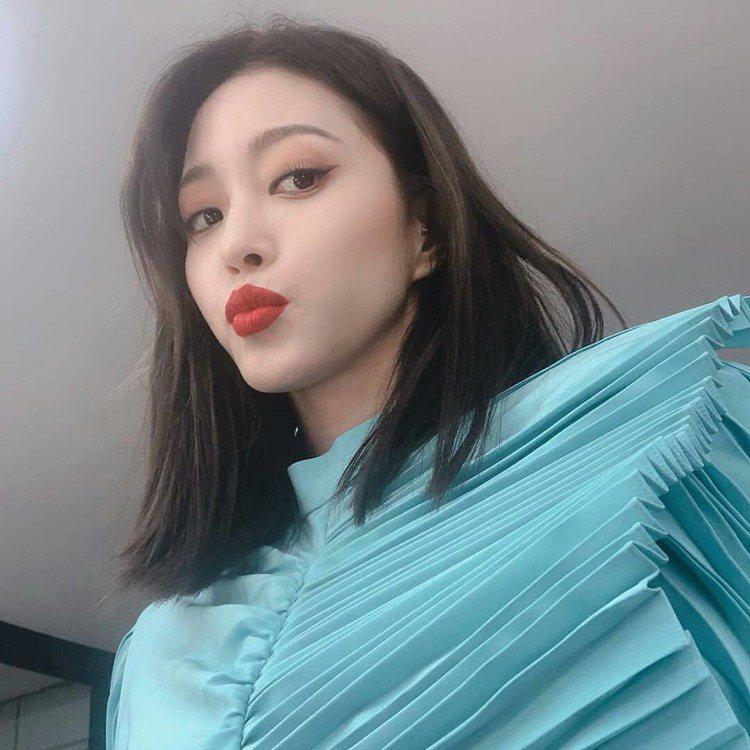 韓藝瑟身穿與宋慧喬同款的GIVENCHY的2019春夏系列縐褶裙裝。圖/取自IG