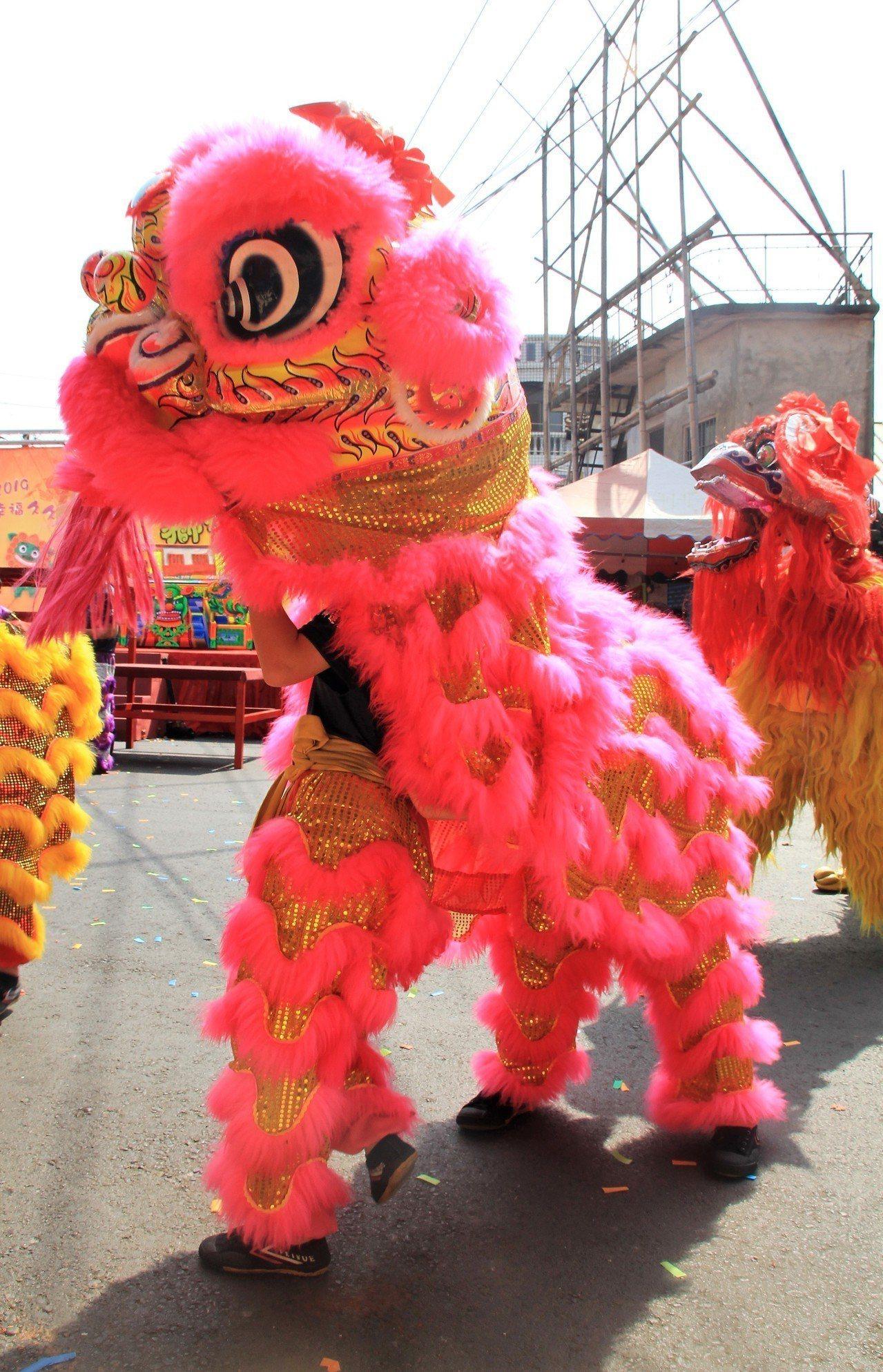文興高中「舞獅戰鼓隊」表演,鄭卉圻是粉紅獅頭手。記者卜敏正/攝影