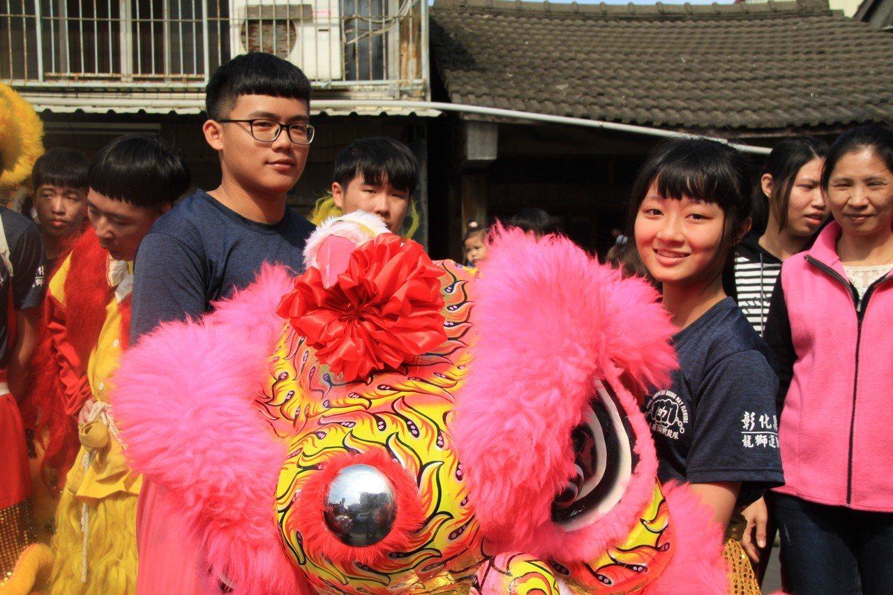 文興高中「舞獅戰鼓隊」表演,鄭卉圻(右)是粉紅獅頭手。記者卜敏正/攝影