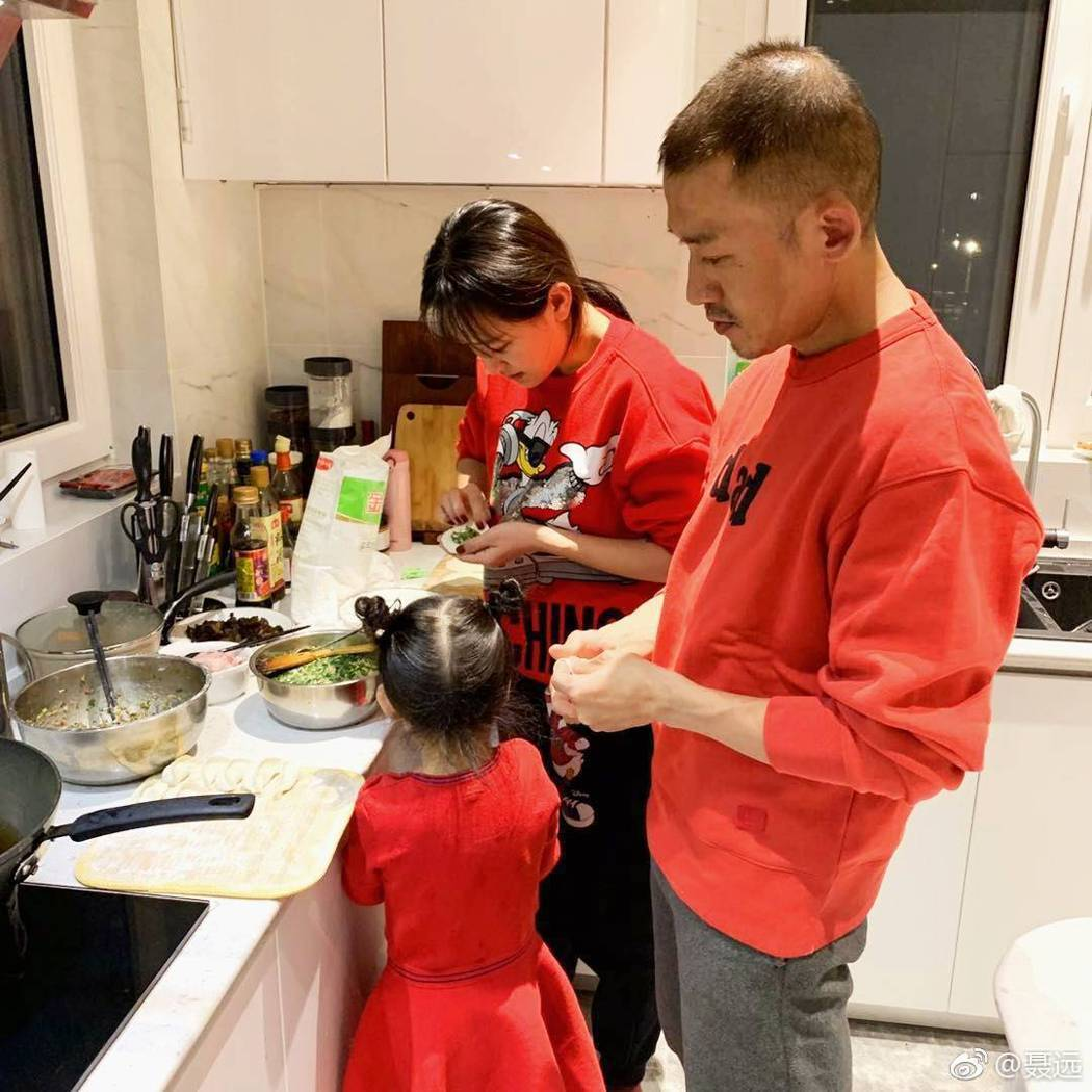 聶遠與家人包水餃。圖/摘自微博