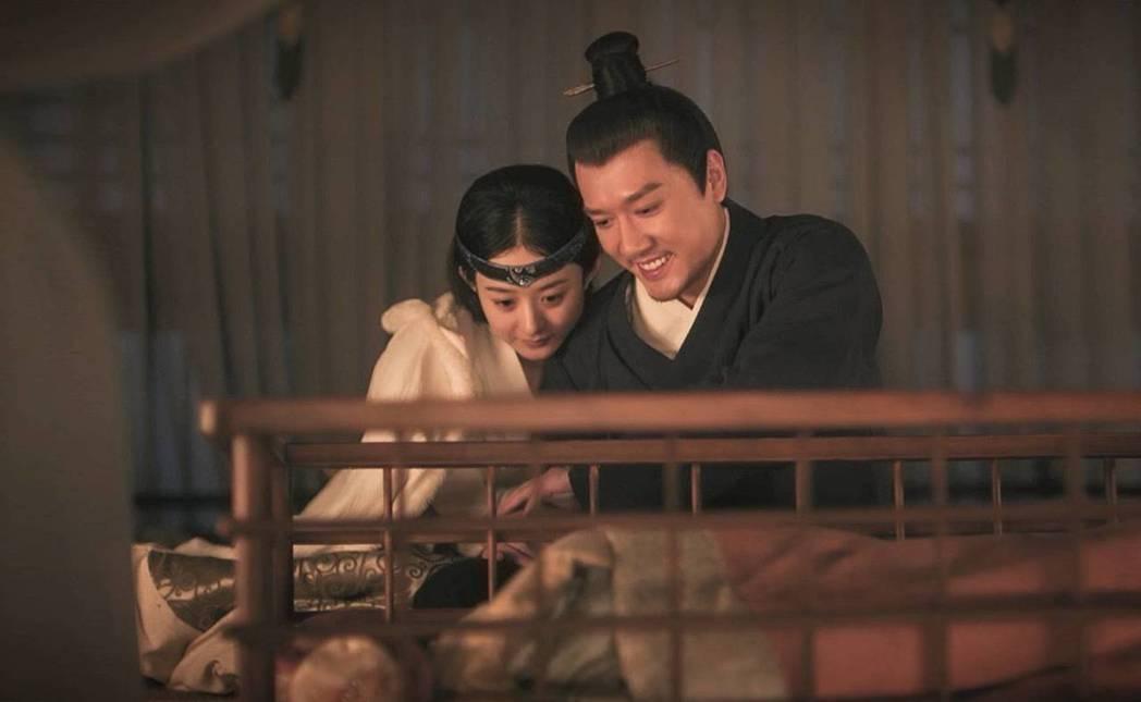 趙麗穎(左)與馮紹峰戲裡戲外都成為夫妻。圖/摘自微博
