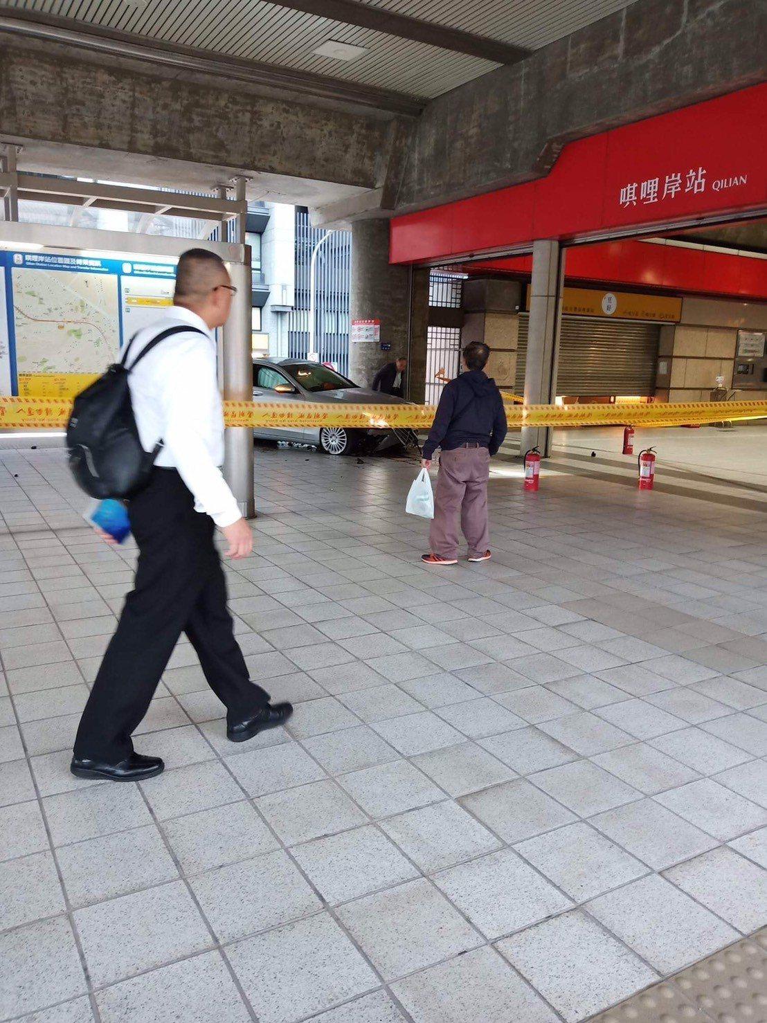 賓士車撞進捷運站,幸好無波及他人。圖/翻攝台北之北投幫粉絲團專