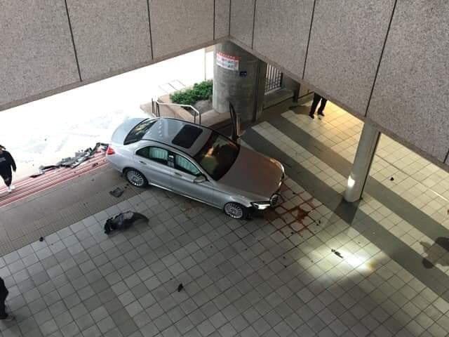 賓士車撞進捷運站。圖/翻攝台北之北投幫粉絲團專