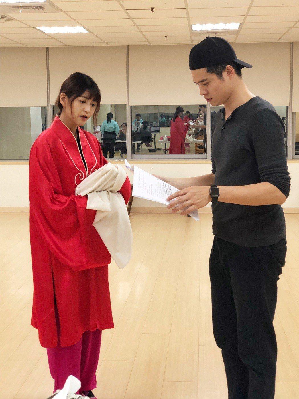 樓心潼(左)、導演吳定謙為唐美雲歌仔戲「千年渡‧白蛇」排練。圖/樓心潼提供