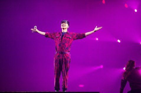 17日是JJ林俊傑的「聖所1.0」巡演最終場,一開場他就語帶興奮高喊:「台北的朋友你好嗎?歡迎來到我的第34場,也是亞洲站最後一場,同時也是台北最終場,明天就沒有了,你們趕上了!」他還預告「聖所1....