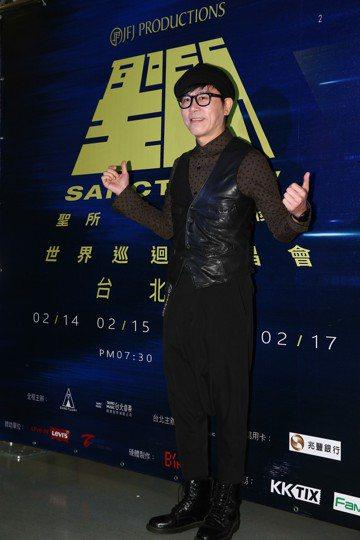林俊傑今天在台北小巨蛋舉辦「聖所」世界巡迴演唱會亞洲最終場,他一連演唱了24首歌曲,也虧粉絲今天是最後一場大家比較熱情。而他的偶像伍思凱也到現場聆聽演唱會,並對台上高喊:「你才是我偶像」。