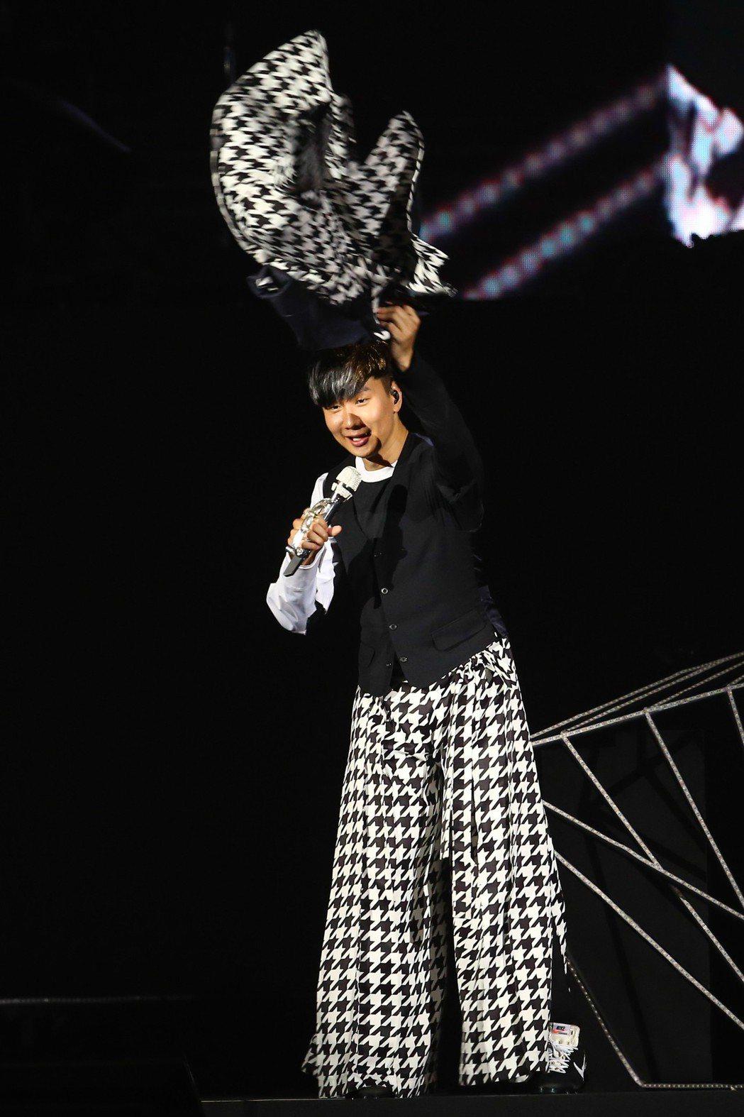 林俊傑今天在台北小巨蛋舉辦「聖所」世界巡迴演唱會亞洲最終場,他虧粉絲太熱情,熱到...