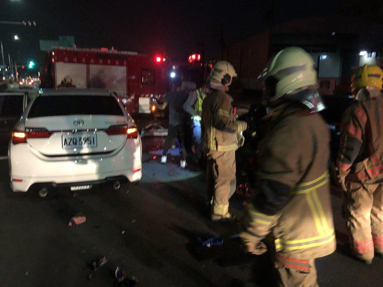 台南市新化區晚上7點發生一起3車連環車禍,造成1死3傷的意外。記者綦守鈺/翻攝