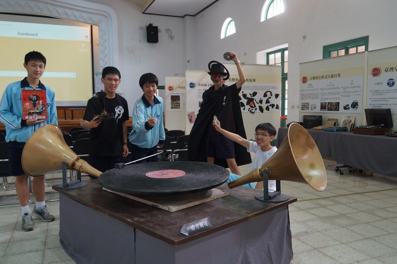 台南一中開設選修課「博物館探索與參訪」,教學生如何保養黑膠唱片,並舉辦特展,設裝...