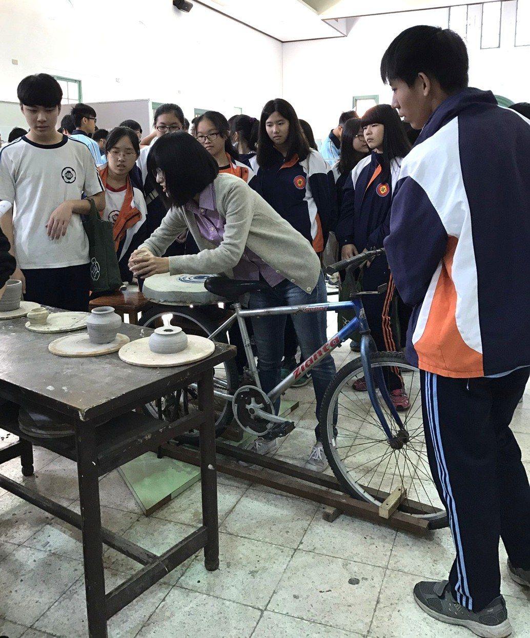 台南一中開設選修課「博物館探索與參訪」,教學生為學校珍藏的159只安平壺維護、測...