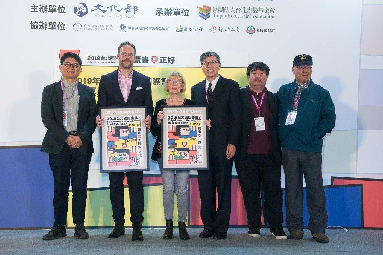 林訓民(右一)將擔任台北書展基金會下屆董事長。2(左起)文化部主秘陳登欽、德國在...