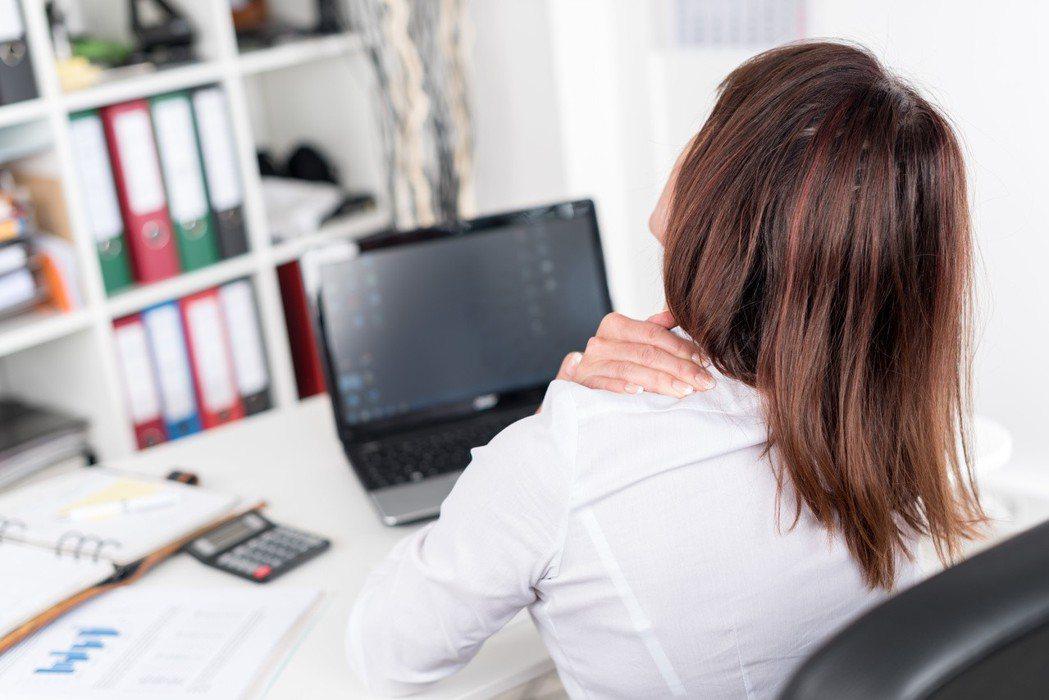醫師表示,五十肩因關節沾黏或滑囊發炎所致。 圖/123RF