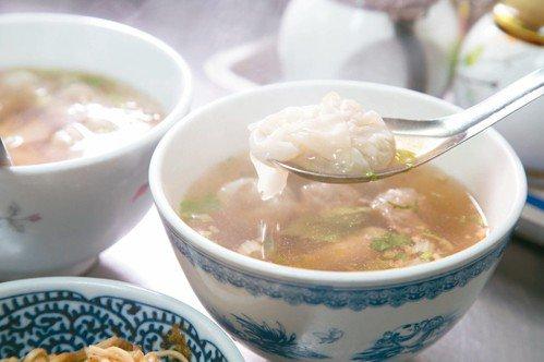 點了麻醬麵後,許芳宜一定會再搭配一碗餛飩湯。 記者陳立凱/攝影